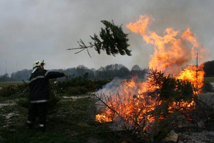 Gland+Christmas+tree+burning+046