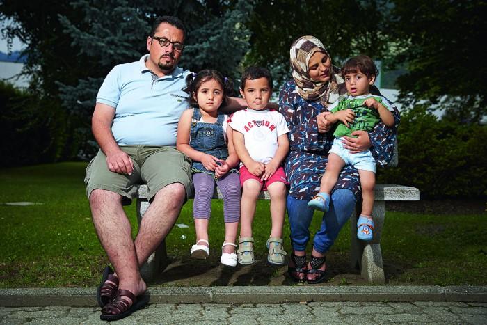 Domodossola, le 12 juillet 2014. Enceinte de 7 mois, une jeune femme syrienne perd son bebe, Sarah, alors qu elle est refoulee avec sa famille en Italie. De g. a d. Omar Jneid, le papa, Malak (4 ans), Mhamad (6 ans) et Ahmad (2 ans) sur les genoux de Souha, la maman. Photo Yvain Genevay / Le Matin Dimanche