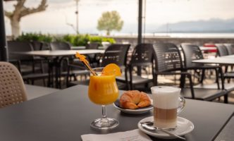 Learn French by the lake in Nyon with a Coffee and a Croissant